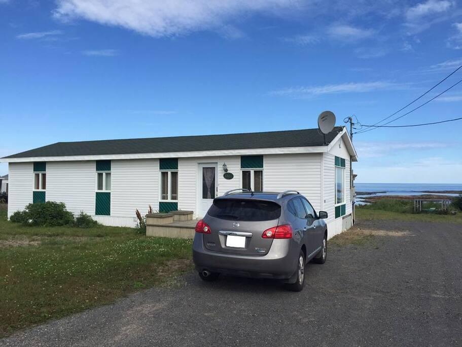 Belle petite maison sur le bord de mer avec grand stationnement.