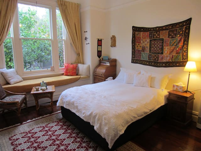 Enchanted Room in Period Home, beach,shops,cafe's - Cottesloe - Huis