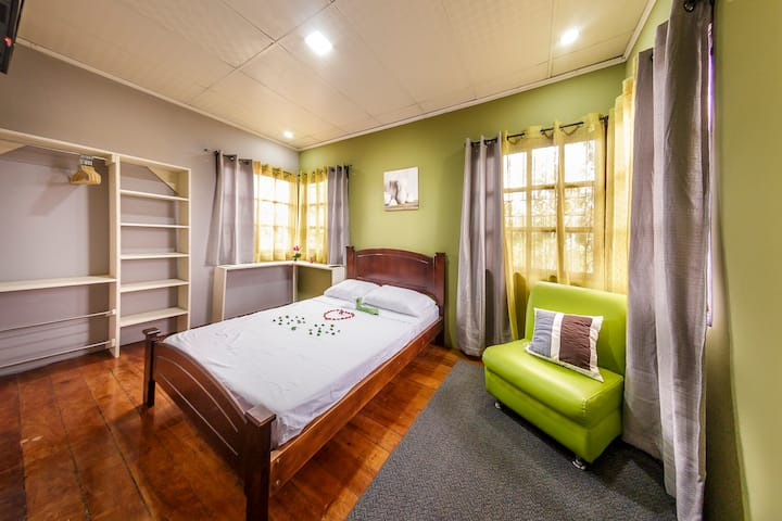 Private Room #4, close to the best park, La Sabana