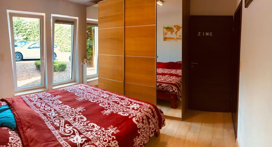 Chambre avec lit king size 2 personnes , tables de nuits, lampes de chevet, garde robe