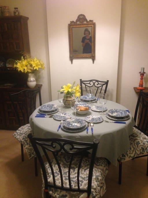 Для гостей оставляем красивую и редкую посуду.