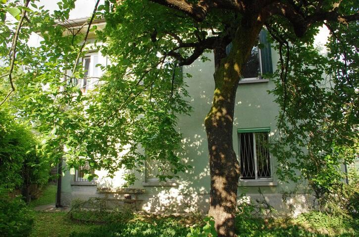 Casa con giardino vicino alla stazione e al centro
