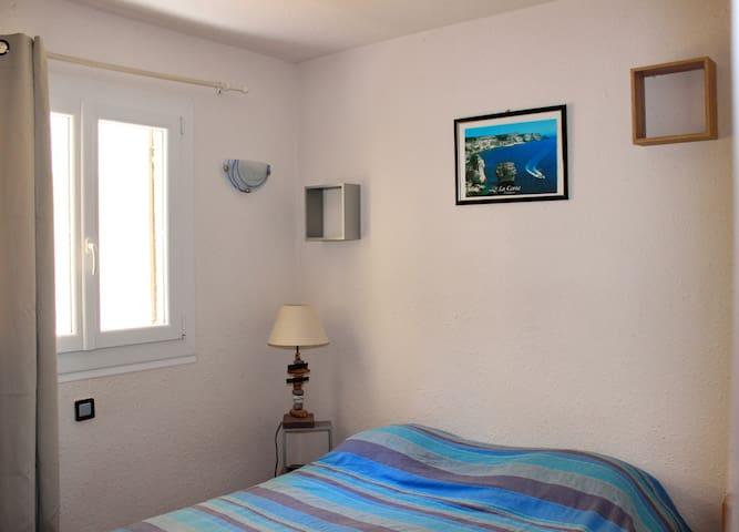 Chambre avec lit double, grand placard intégré et lit parapluie