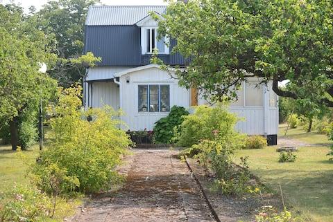 Sommarnöje på Öland, vid kanten av Alvaret