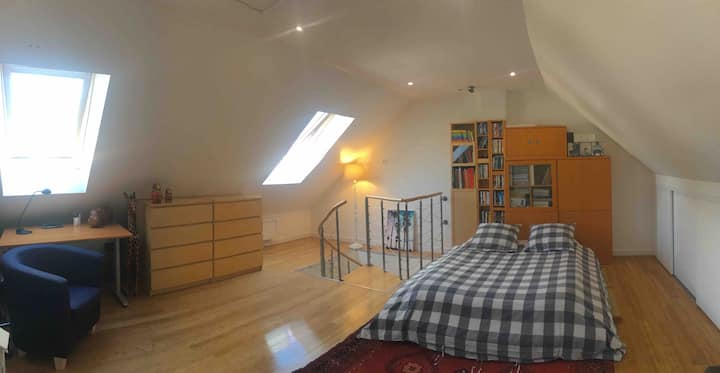 Grande chambre dans une maison récente et calme