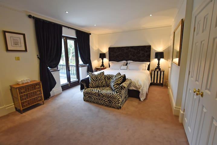 Huge emperor bed with en-suit