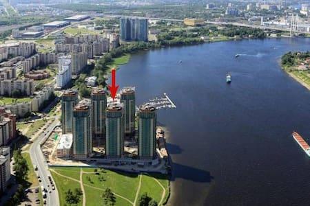 уютная видом Нева в новом доме 15 мин пешком метро - Санкт-Петербург