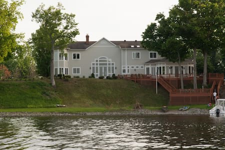 Expansive Master Suite with Stunning Lake Views - Brewerton - Dům