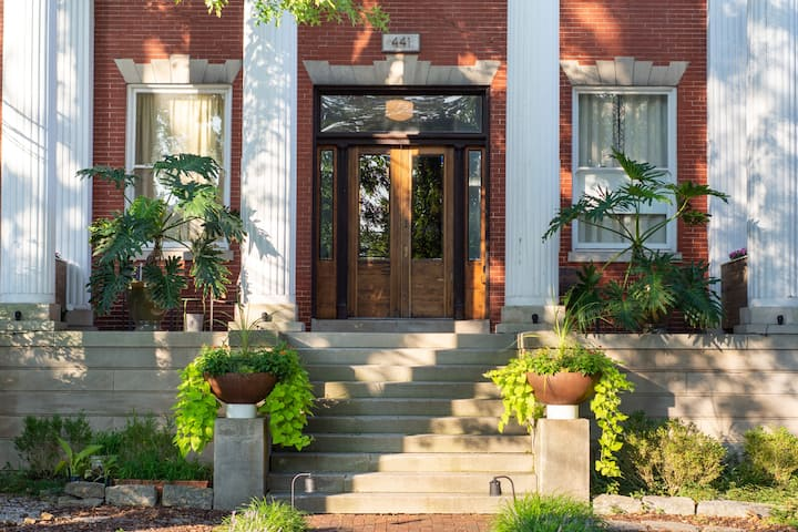 Eclectic Downtown Oasis