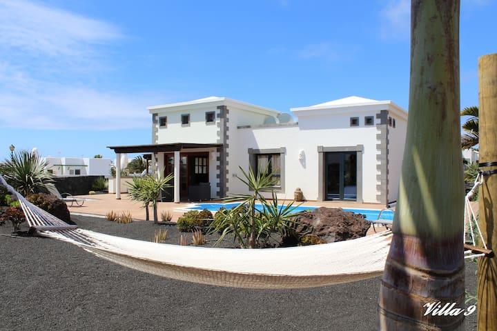 Villa playa blanca lanzarote piscine chauffee villas for Location villa lanzarote avec piscine