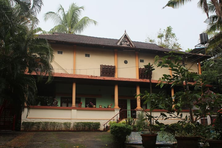 Backwater Retreat Theme House - Kumarakom - Bed & Breakfast