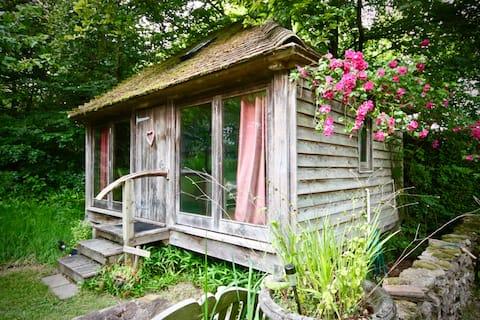 森の中の小さな小屋、おっぱいの丘。