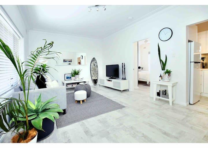 Beautifully renovated quiet unit in Cronulla.