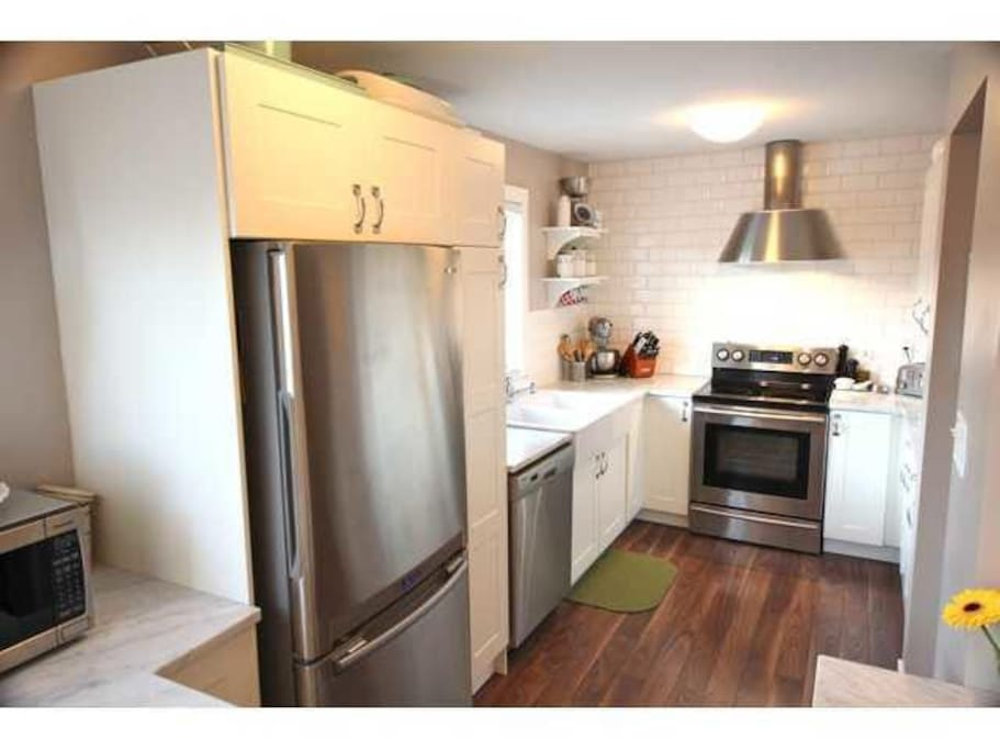 Clean, modern, fully equipped kitchen!