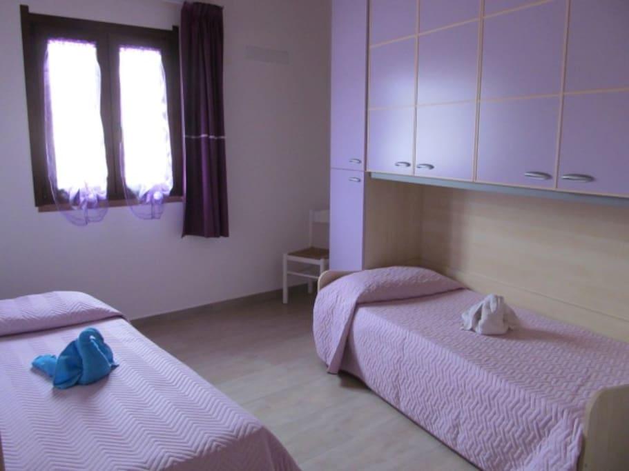 camera da letto a ponte con due letti singoli