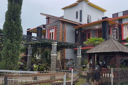 Kanah Omah Backpackers & cafe