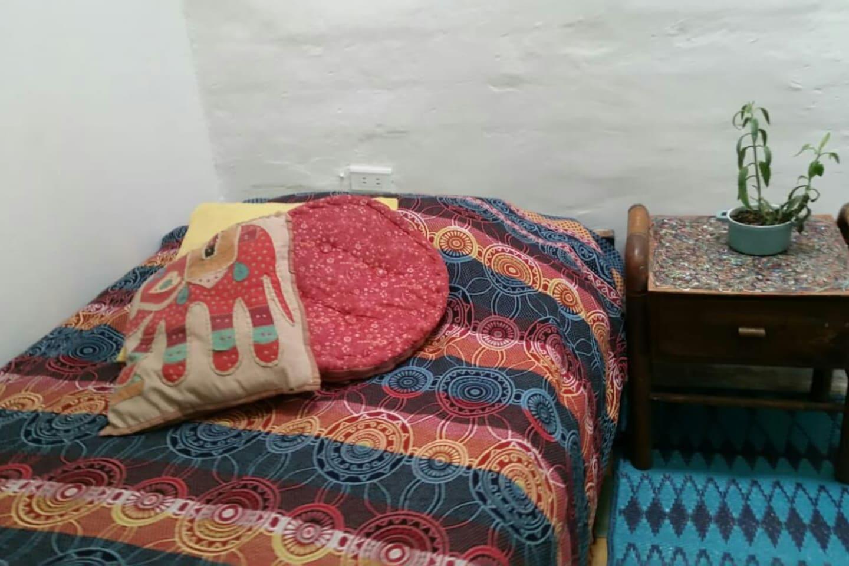 Tu habitacion tiene una comoda cama, escritorio y repisas para organizar tu ropa