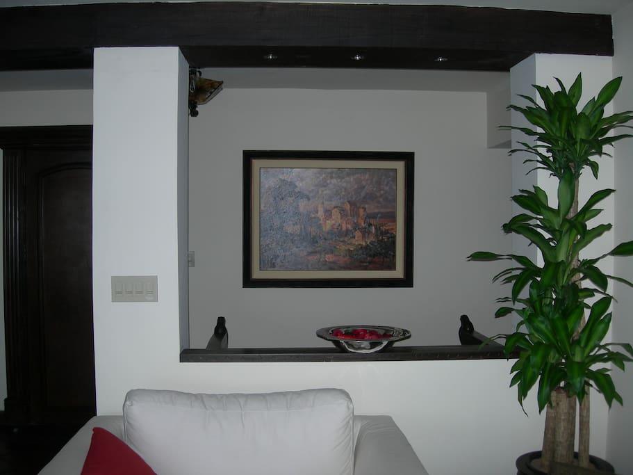 Living Room is open to entry way.  La entrada principal ofrece una vista a la sala familiar y comedor principal.