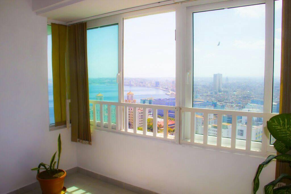 Vista de La Habana desde la sala del apartamento.