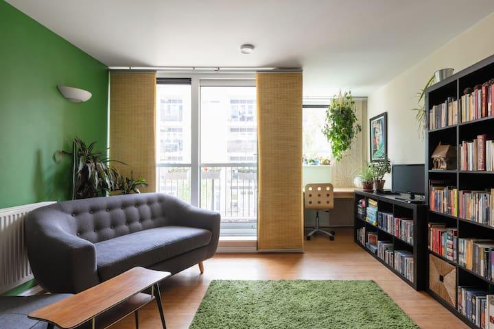 Spacious London Fields flat with balcony