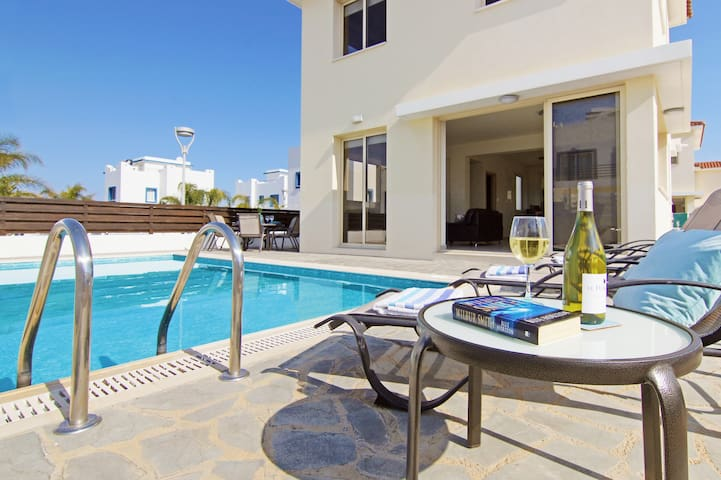 Polly - family villa with pool by the beach - Paralimni - Hus