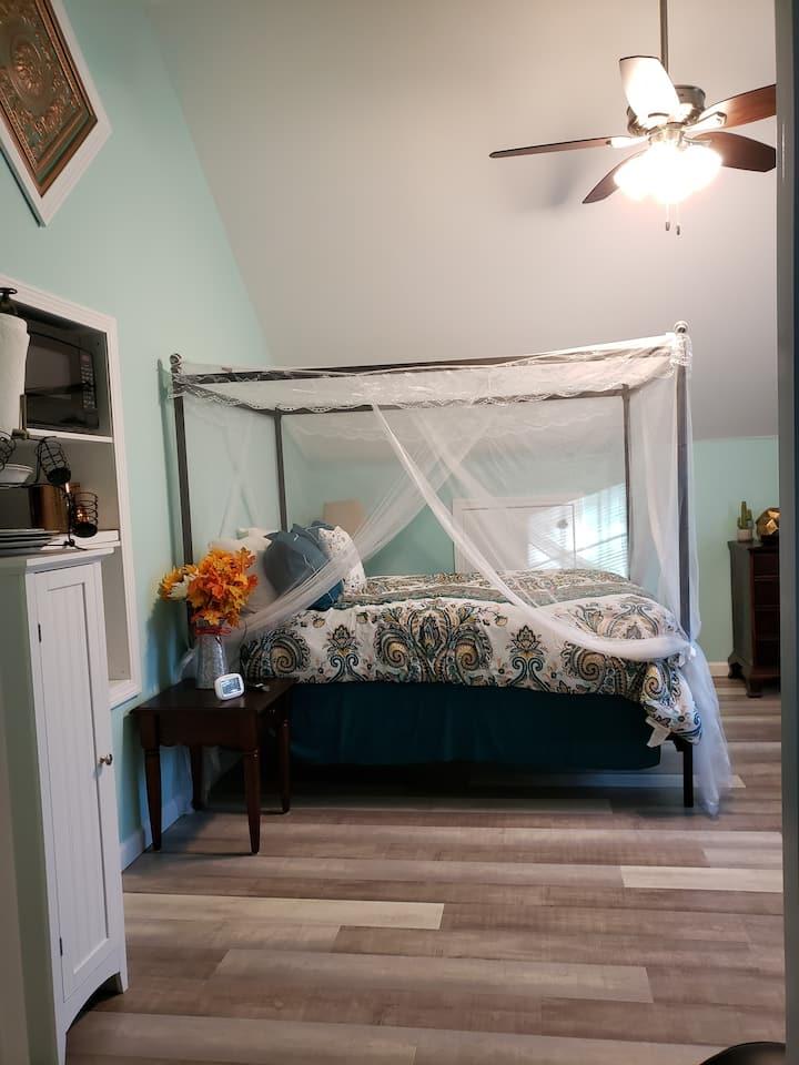 Room w/kitchenette, bath, use of Jacuzzi & Swimspa