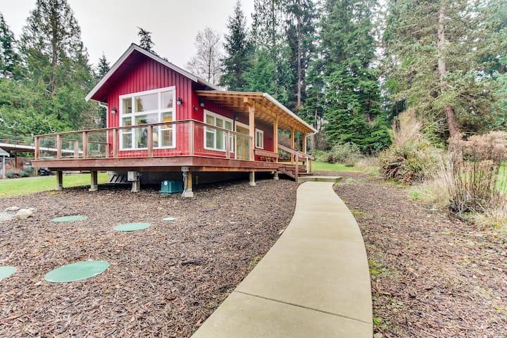 Eco-friendly tiny home w/wrap-around deck, garden, private beach & lovely views!