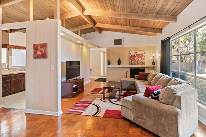 *CDC CLEAN* Mid-century Home with 🔥Firepit🔥 2 miles to UF/Shands