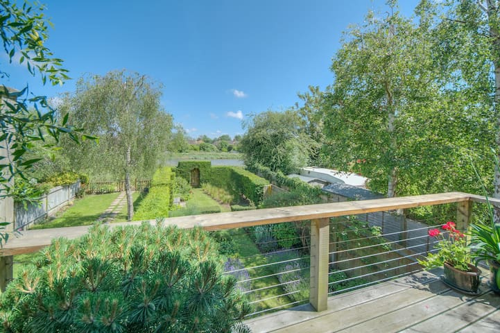 Gorgeous double room overlooking the riverbank - Arundel