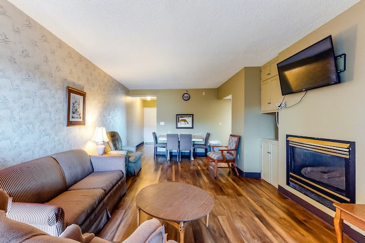 Sixth-floor Condo w/River Views, W/D, Shared Outdoor Pool, Fireplace, Jetted Tub