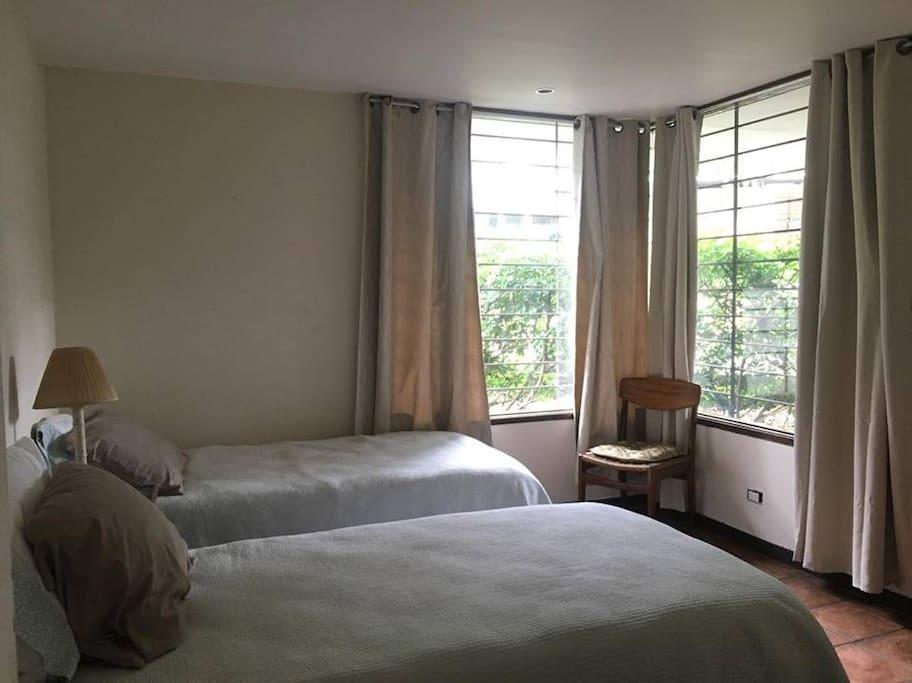Cuarto con dos camas individuales