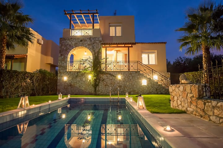 Sea View Villa, Private Pool, next to Sandy Beach!