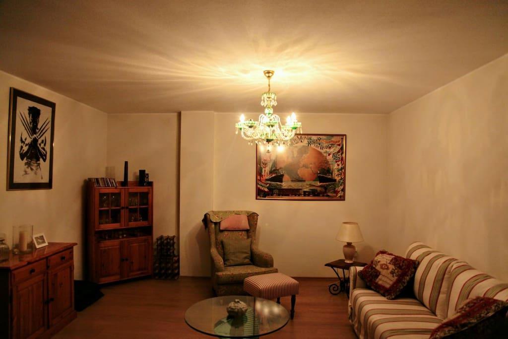 Das großzügige gemütliche Wohnzimmer wo die Couch als schlafcouch genutzt werden kann für zwei Personen.