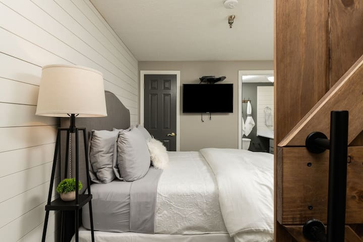 """Bedroom 2: Another gorgeous bedroom with Queen Bed, 40"""" TV, and its own private bathroom!!"""