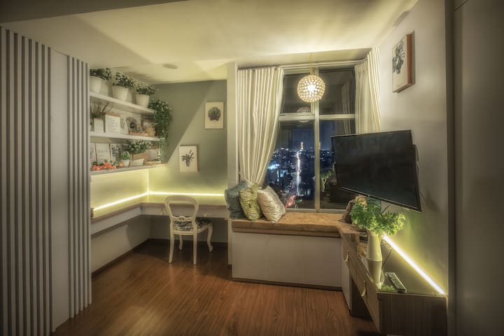 ★ Living room with a beautiful bay window ★ to chill, chat and enjoy the city night lights on the living room.