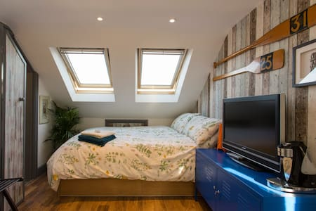 Sunny Ensuite Double with Garden View in Cosy Home