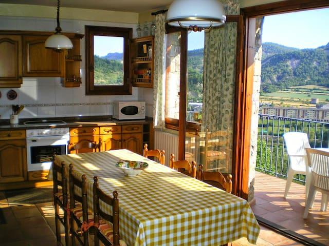 Cocina luminosa y con vistas al valle del Ara