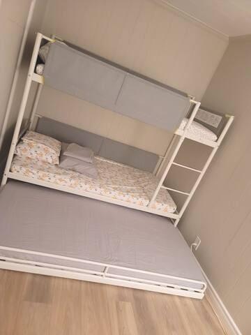 3rd room with 3 tween beds.