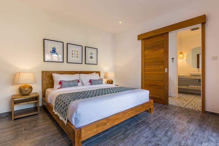 Cozy airconditioned bedroom with ensuite bathroom