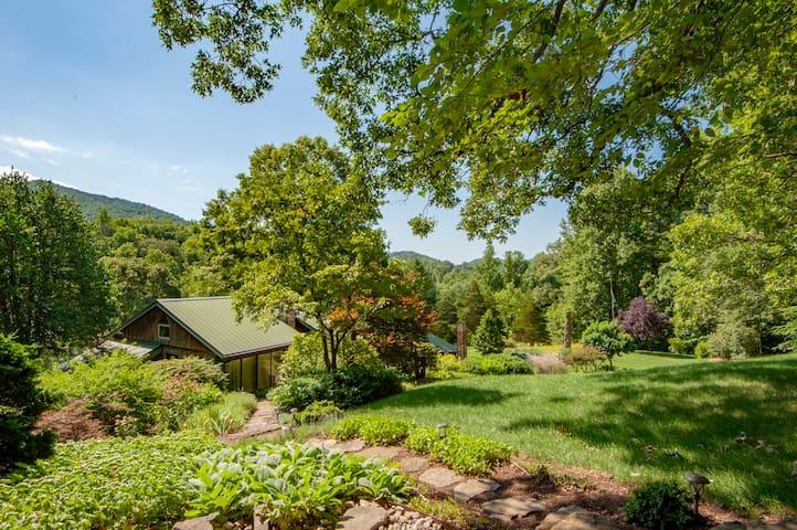 Buck Creek Lodge (2 bedrooms) Hidden in Blue Ridge