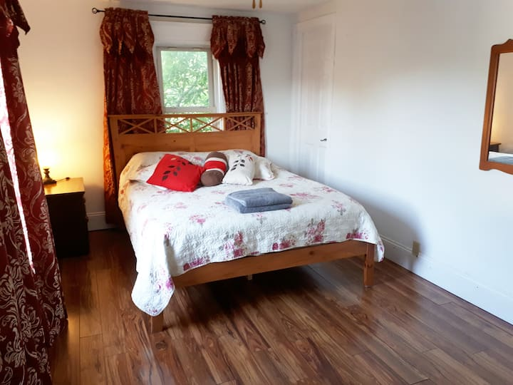 Canada's Rose Cottage - Daydream Room, Large Queen