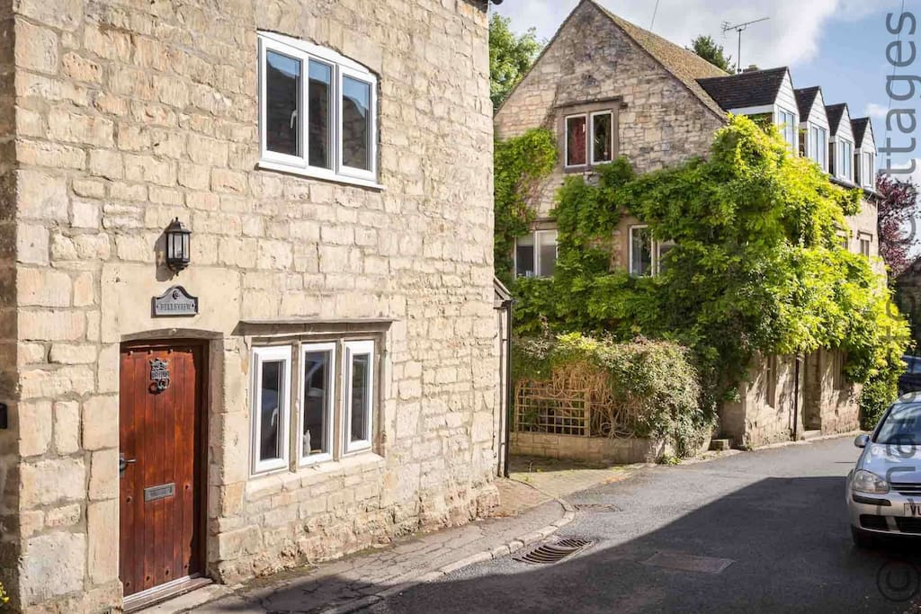 Welcome to Teasel Cross Cottage, in beautiful Painswick