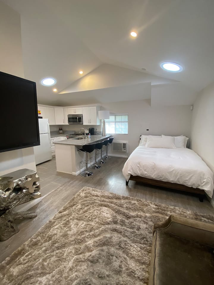 NEWLY RENOVATED GUEST HOUSE IN BEVERLY HILLS