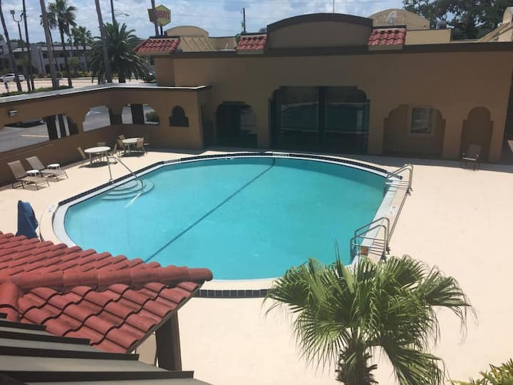 Perfect Attractions! King Unit, Pool, Parking