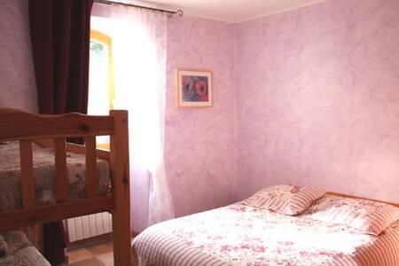 La chambre violette au château de la Favède - Castle