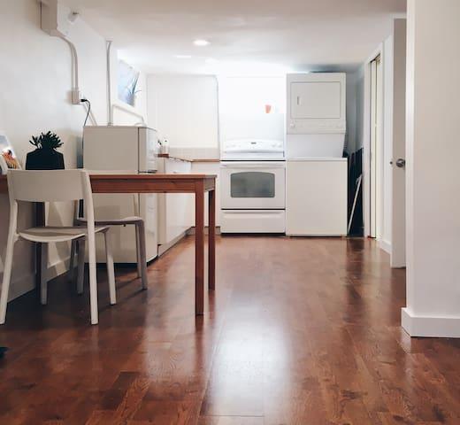 Modern Studio Apartment-Private Entrance w/keypad