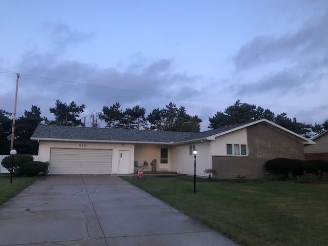 Cozy Ranch close to MSU, Horrock's & Lansing Mall