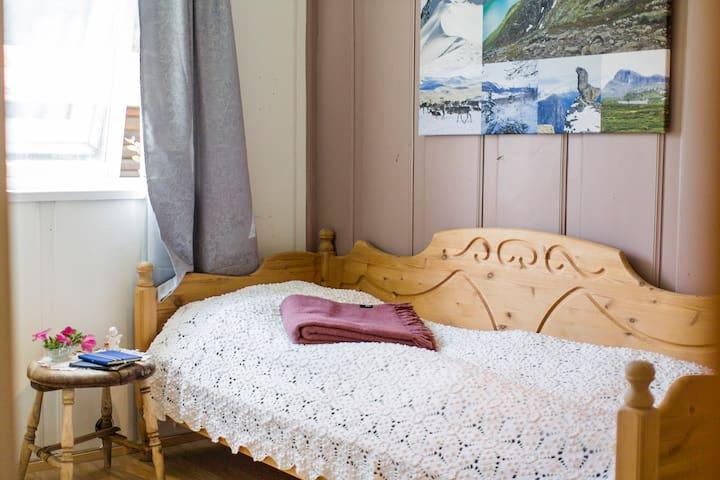 SOVEROM 2: Dobbeltseng 140 centimeter (breiare enn senga som er avbilda). Foto: Håkon Noren