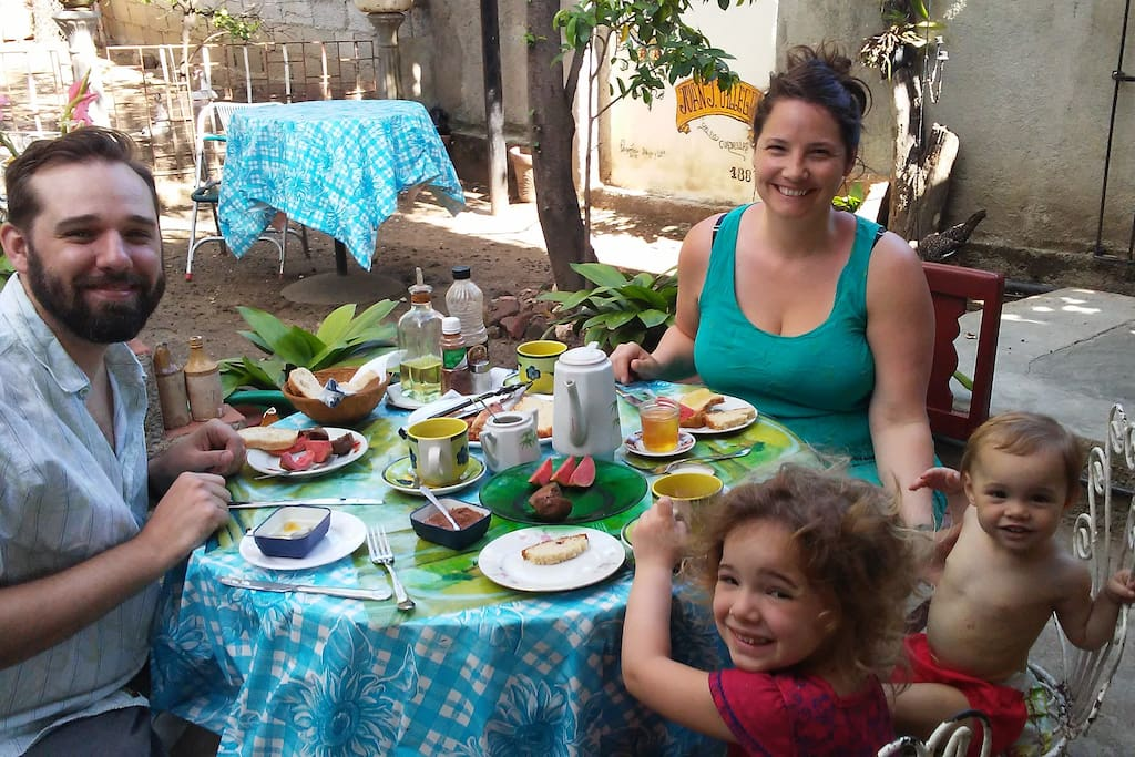 beautiful family having spring breakfast/ encantadora familia en desayuno primaveral