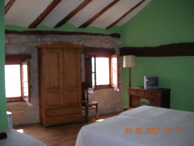 Hotel, bar-restaurante. Hab. 27 - Miranda de Arga - Bed & Breakfast